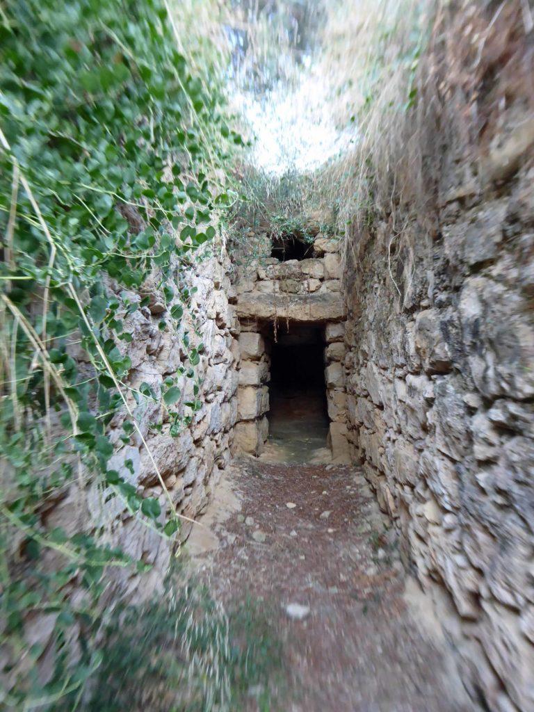 Discover a Cretan village - here the Minoan tomb